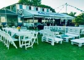 Mesas 2mts y sillas plegables blancas en bar Kitebeach