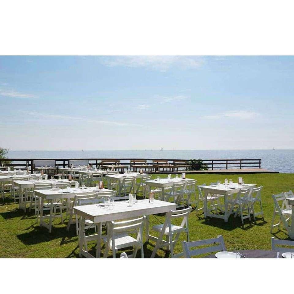 Mesas 1,5mts y sillas DR blancas en bar Kite Beach
